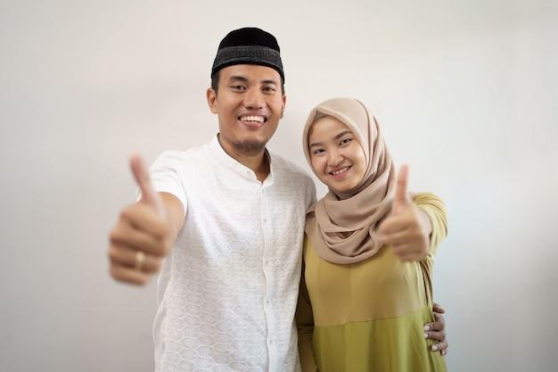 Casal muçulmano aparecendo polegar