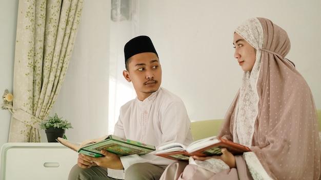Casal muçulmano asiático discutindo adoração