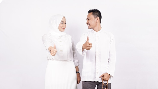 Casal muçulmano asiático - gesto ok isolado
