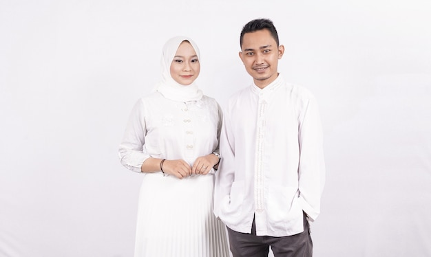 Casal muçulmano asiático vestindo roupas muçulmanas