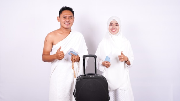 Casal muçulmano está isolado com o polegar para cima
