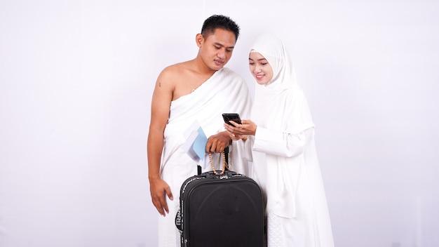 Casal muçulmano parece telefone isolado