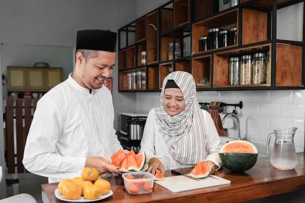 Casal muçulmano, quebrando o jejum juntos