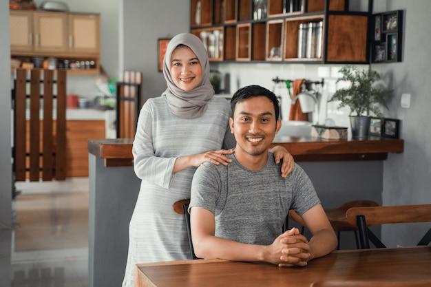 Casal muçulmano sentado na sala de jantar juntos
