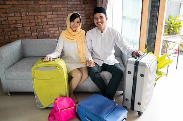 Casal muçulmano viajando conceito em casa