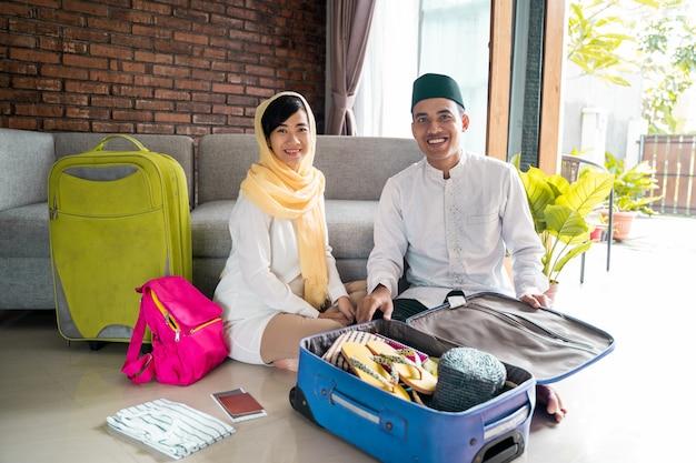 Casal muçulmano viajando conceito