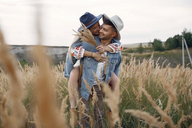 Casal muito bonito em um campo de trigo
