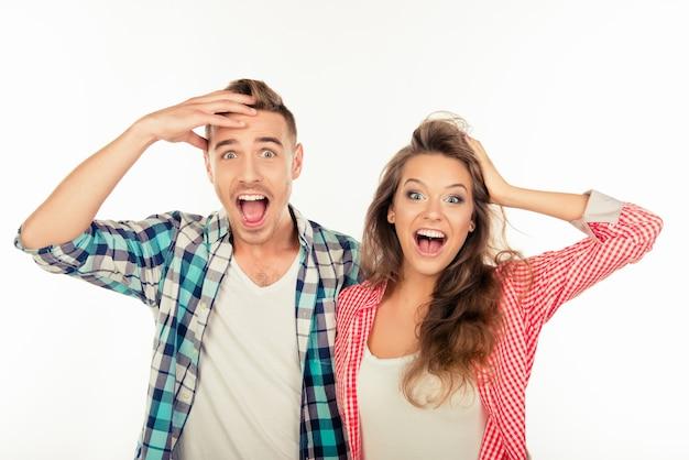 Casal muito engraçado e alegre mostrando surpresa