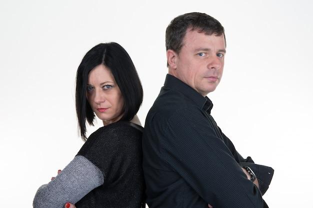 Casal mulher e homem, de costas, muito triste, divórcio