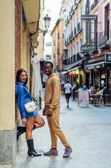 Casal multiétnico se olhando em uma rua