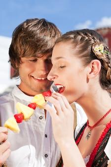 Casal na baviera justo comendo doces