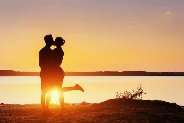 Casal na bicicleta ao pôr do sol