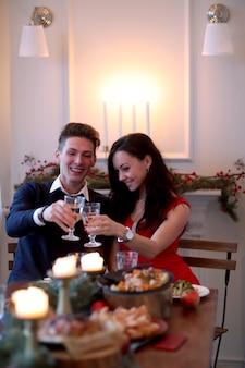 Casal na ceia de natal