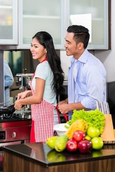 Casal na cozinha cozinhar comida
