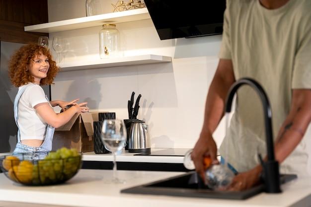 Casal na cozinha de sua nova casa