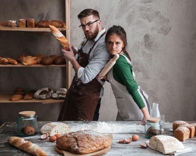 Casal na cozinha olhando seriamente