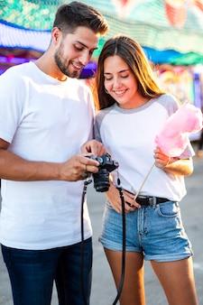 Casal na feira, olhando para a câmera