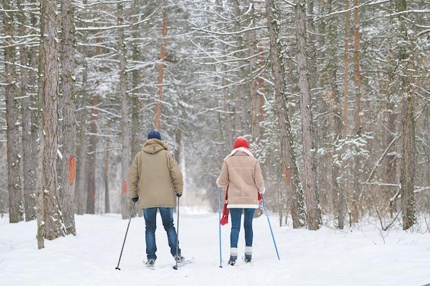 Casal na floresta de inverno