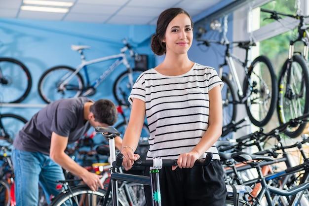 Casal na loja de bicicletas comprando bicicleta após a compra