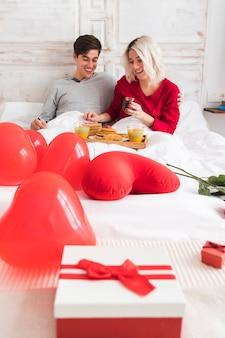 Casal na manhã do dia dos namorados