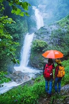Casal na natureza por viagem