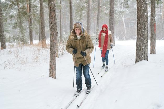 Casal na pista de esqui