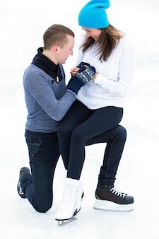 Casal na pista de gelo