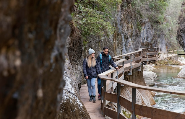 Casal na ponte explorando a natureza