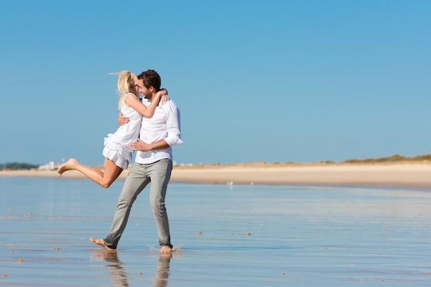 Casal na praia correndo em futuro glorioso