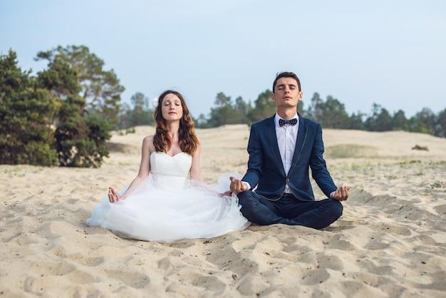 Casal na praia. ilha olkhon