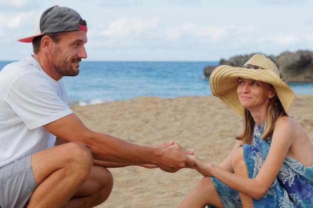 Casal na praia rindo se divertindo estilo de vida.