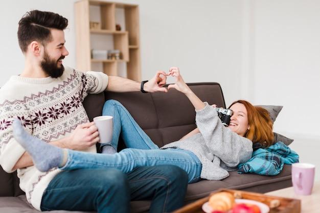 Casal na sala de estar jogando