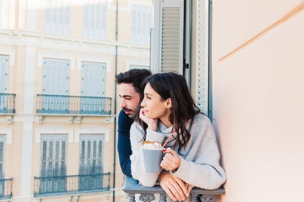 Casal na varanda olhando para longe