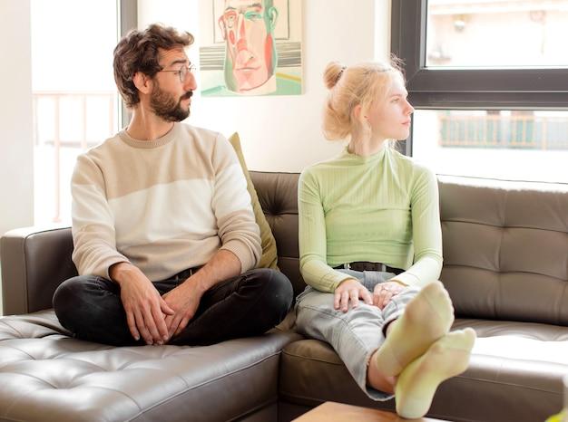 Casal na vista de perfil mulher olhando para copiar o espaço à frente, pensando, imaginando ou sonhando acordada