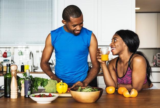 Casal negro cozinhar alimentos saudáveis na cozinha