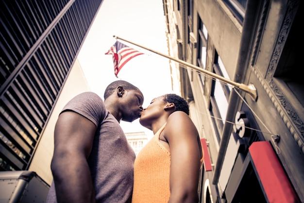 Casal negro sob a bandeira americana