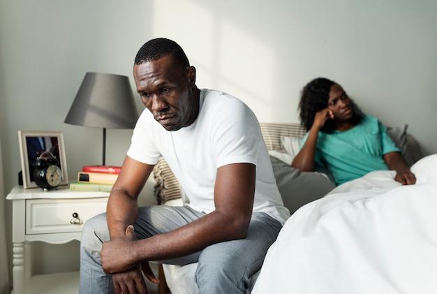 Casal negro tendo um argumento