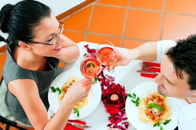Casal no almoço ou jantar