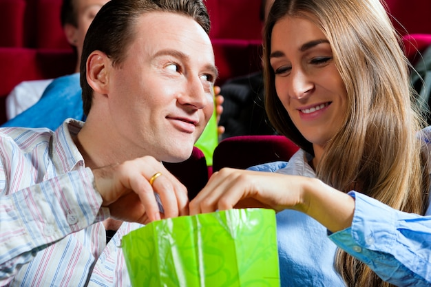 Casal no cinema com pipoca