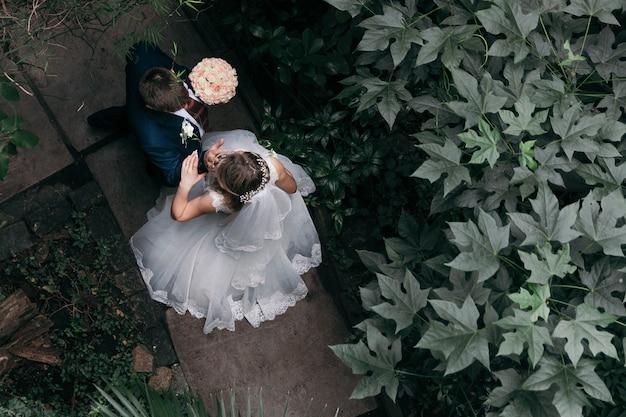Casal no dia do casamento no parque. vista do topo. casamento. irreconhecível.
