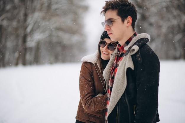 Casal no dia dos namorados na floresta de inverno