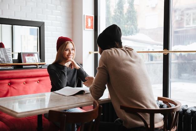 Casal no encontro no café