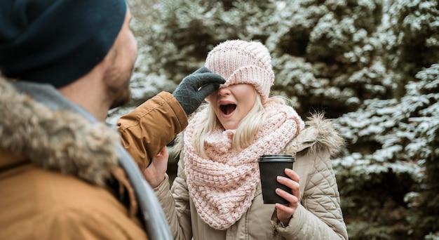 Casal no inverno brincando