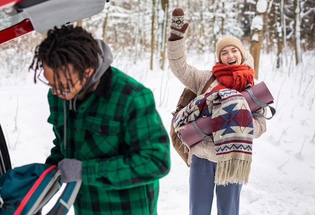 Casal no inverno com mochilas