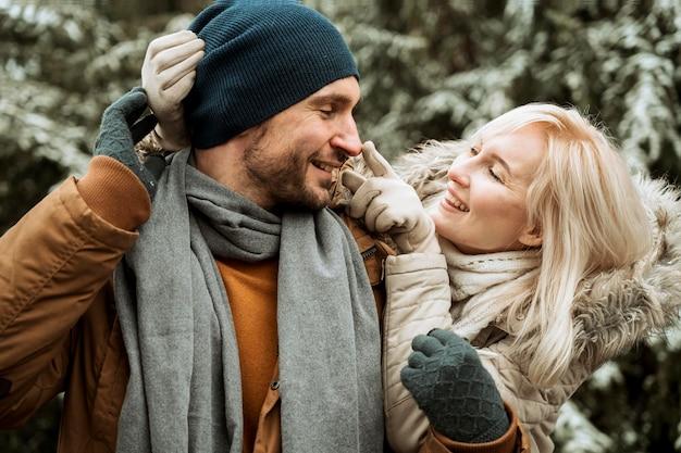 Casal no inverno olhando um para o outro