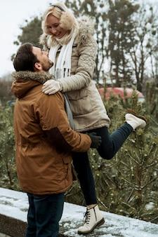 Casal no inverno sendo feliz