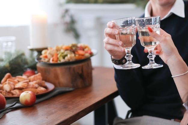 Casal no jantar de natal