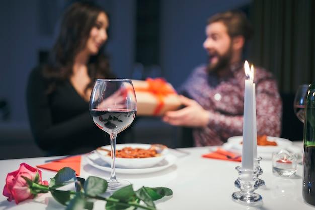 Casal no jantar trocando de presentes
