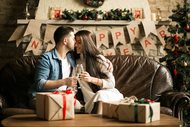 Casal no natal com champanhe