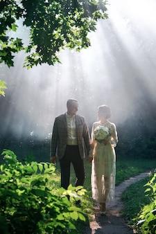 Casal no parque no meio do nevoeiro
